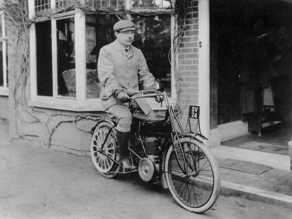 File:1905-02-arthur-conan-doyle-on-motorbike-at-undershaw.jpg