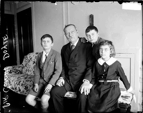 File:1922-05-arthur-conan-doyle-with-children.jpg