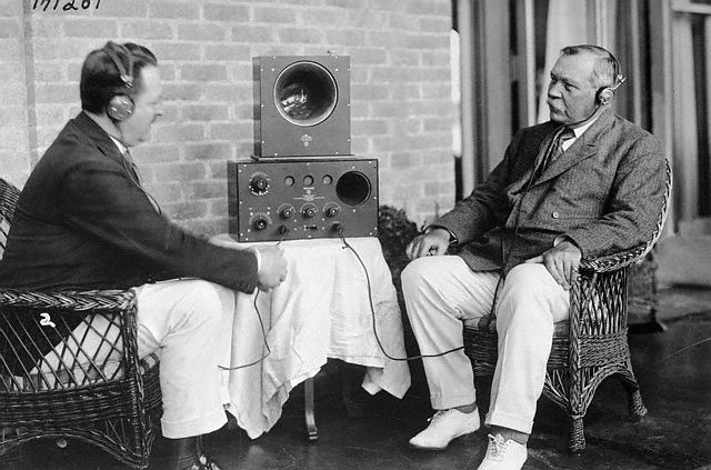 File:1923-f-d-waller-explains-radio-to-arthur-conan-doyle.jpg