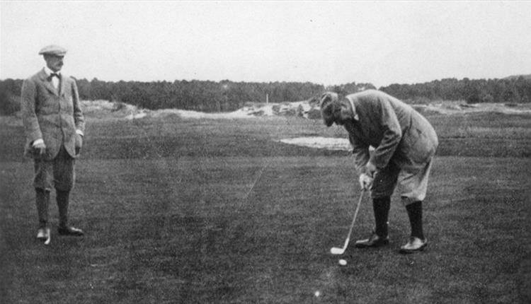 File:1912-09-arthur-conan-doyle-playing-golf-in-le-touquet.jpg