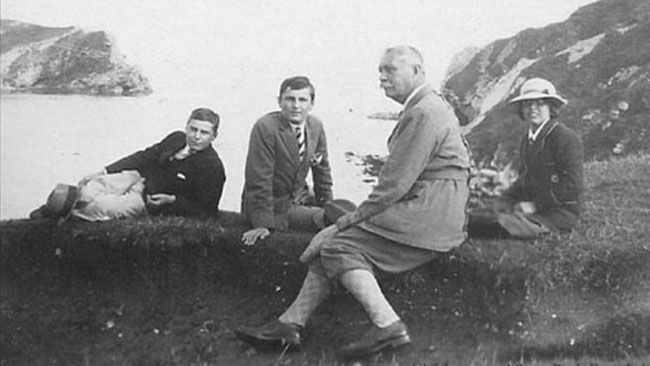 File:1923-arthur-conan-doyle-and-children-at-lulworth-cove-weymouth-uk.jpg