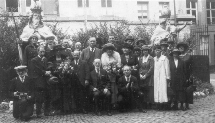 File:1928-09-arthur-and-jean-conan-doyle-with-english-delegates-at-the-international-spiritualists-congress.jpg