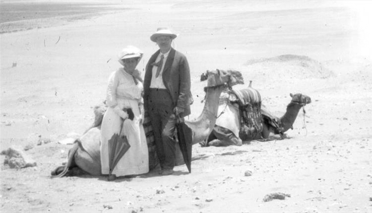 File:1928-1929-arthur-conan-doyle-and-jean-with-camels.jpg