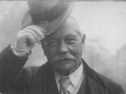 File:1920s-conan-doyle-tipping-hat.jpg