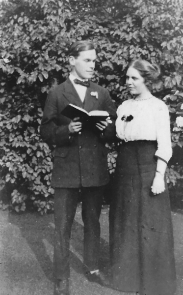 File:1914ca-kingsley-and-mary-conan-doyle-at-st-anne-s-cottage-chertsey.jpg