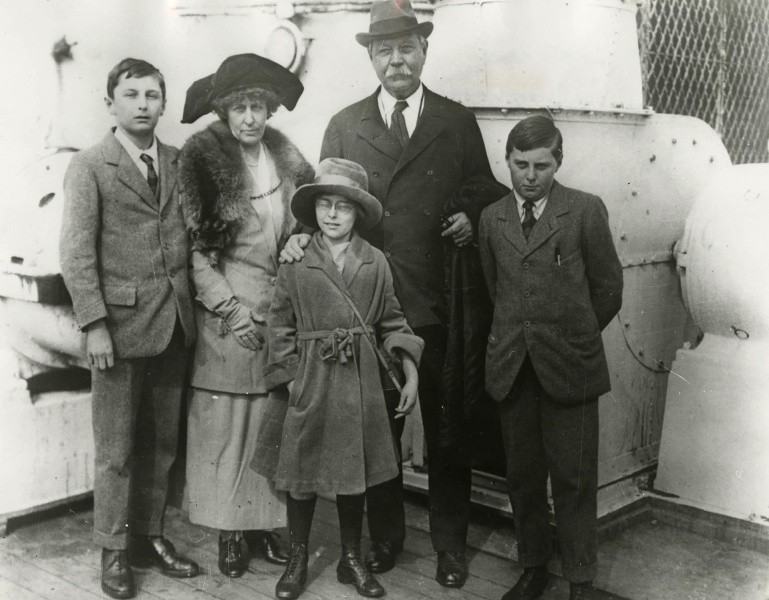File:1923-04-03-sir-arthur-conan-doyle-and-family-ship-olympic6.jpg