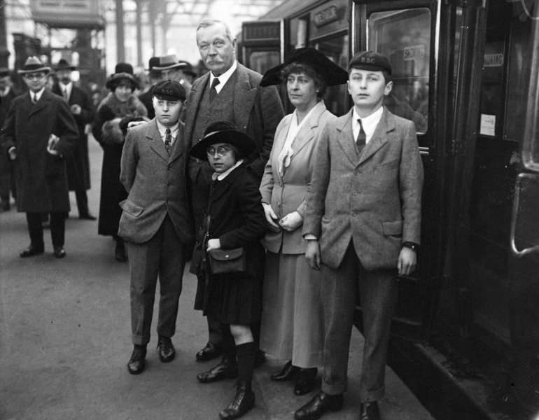 File:1923-03-arthur-conan-doyle-and-family-at-victoria-station-departing-to-usa1.jpg