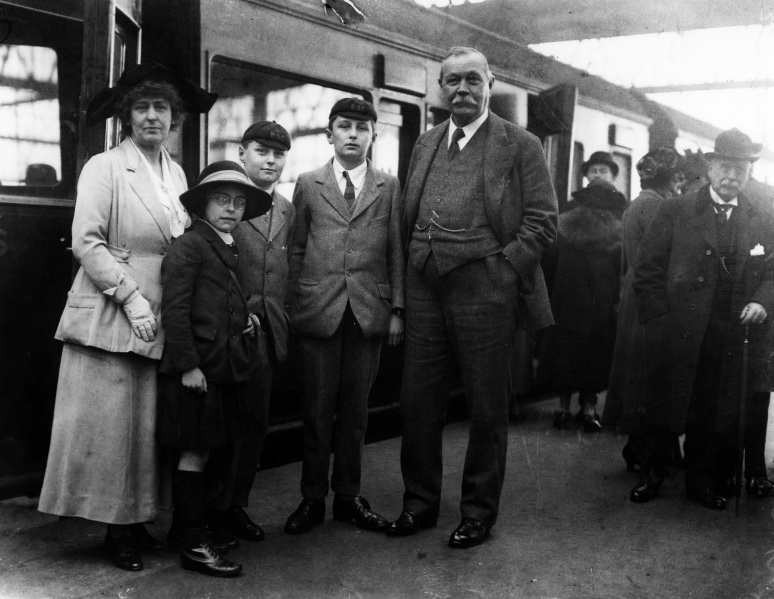 File:1923-03-arthur-conan-doyle-and-family-at-victoria-station-departing-to-usa3.jpg